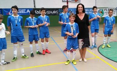 Rosa Barreiro entregando trofeo al Ventorrillo FS